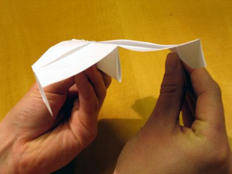13. Hugs å brette ned styrekantane ytterst på vengen, slik at dei peikar rett ned.