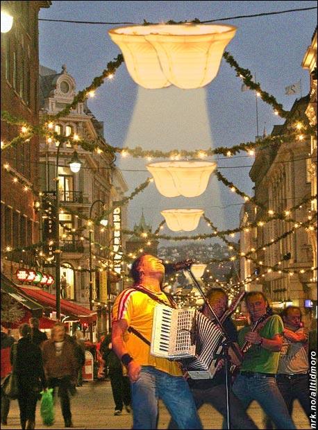"""D.D.E. insisterte på å få satt opp rompeformet belysning langs Karl Johan da de sang julen inn med sin stemningsfulle """"Rompa mi"""". (Alltid Moro)"""