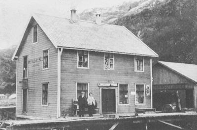 Knut Kjelkenes og kona Katrine framfor butikken i 1918