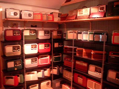 Jan Erik Sten har samla på radioer i 25 år og har nå nesten 1500 stykker.