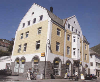 I denne bygningen heldt Ulvesund Kreditbank til fram til konkursen i 1928. Foto: Arild Nybø