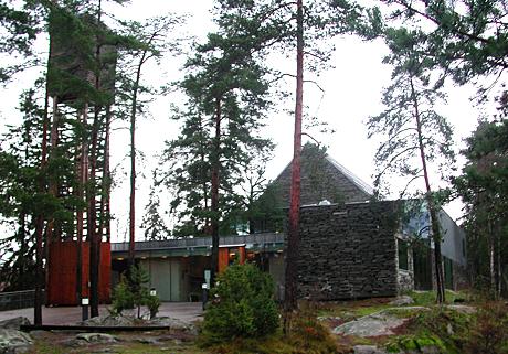 Bilde: Mortensrud kirke i Oslo er NRKs julekirke. Det er sjelden et kirkebygg får så mye oppmerksomhet og ros som kirka på Mortensrud. (Foto: Marion Klaseie)