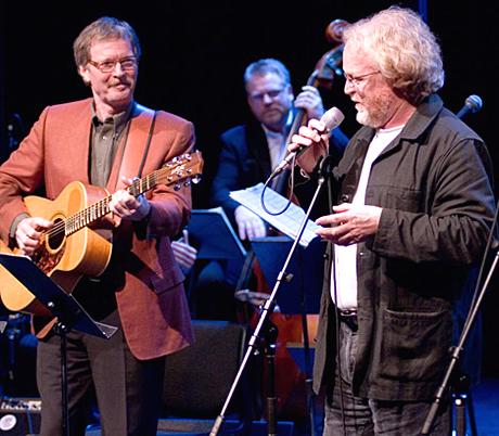 Øystein Sunde t v og Viggo Sandvik er blant de som er med på å hylle Vidar Sandbeck i en konsert fra kulturhuset på Elverum i NRK P1 1. juledag. (Foto: Per Ole Hagen)