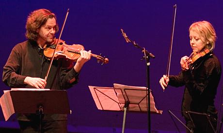 Alte Sponberg og Elisabeth Lie under Vidar Sandbeck-hyllesten. (Foto: Per Ole Hagen)