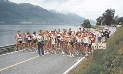 Jølster Maraton er eit årleg idrettsarrangement. Biletet er frå 1997, då det og var NM i maraton rundt Jølstravatnet. Foto frå Jølster idrettslag 80 år