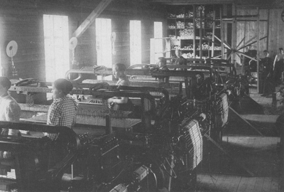 Frå produksjonen før elektrisiteten kom. Foto: Innvik Ullvarefabrikk