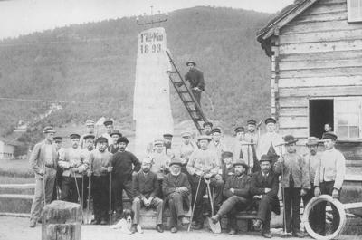 Telefonarbeidarar framfor talestasjonen på Grodås 17. mai 1893. Foto: Anders B. Grodaas
