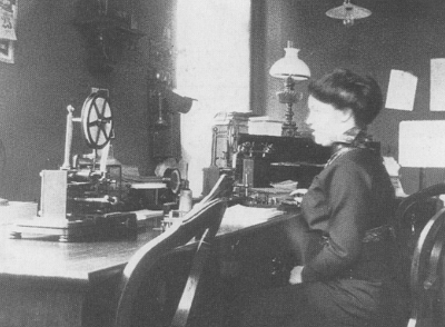 Sigrid Husum på Førde Telegrafstasjon ca. 1915. Foto:Olai Fauske