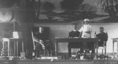 Demonstrasjon av elektriske apparat i Fram i Florø i 1922. Foto: YFK