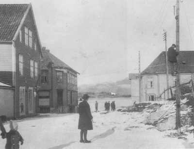 Kraftlinjearbeid i Florø i 1925. Foto: YFK