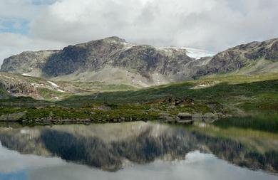 Hellevatnet med utsikt mot Hellevassfonna. Foto: Aurland naturverkstad