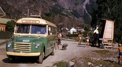 Ein av dei tidlege bussane i Aurland, ein Volvo