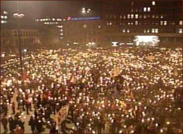Så mange som 40 000 kan ha vore med på markeringa mot vald og rasisme i Oslo i kveld. (NRK-foto)