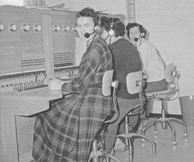 Ruth Haugen, Åse Haugen og Hildur Follevaag på telefonsentralen i Askvoll i 1960. Foto frå samlinga etter Arnfinn Follevåg