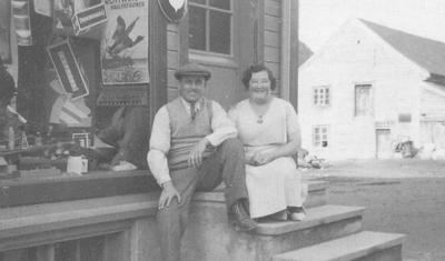 Johannes og kona Sittona på trappa utanfor butikken. Foto: VLA