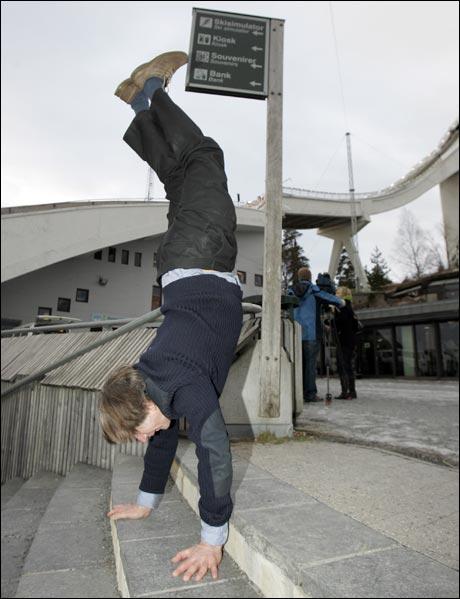 Kunsteren Knut Steen ligger ikke på latsiden etter å fått sin statue av Kong Olav refusert, men viser her fram sin nye idé til et monument for å ære den norske hopptreneren Mika Kojonkoski. (Morten Engan) Foto: Scanpix
