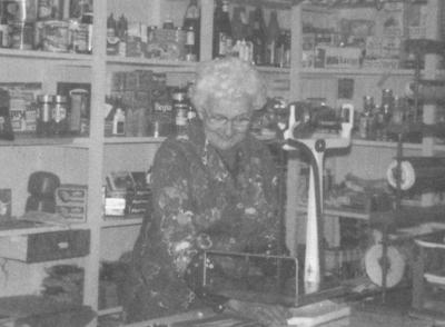 Barbra Høyvik i butikken ho starta som 60-åring. Foto frå Sogehefte for Askvoll kommune, utlånt av Brabra Høyvik