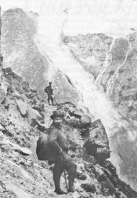 På veg opp Lundeskaret. Mannen som står lengst borte er truleg breføraren Anders T. Mundal, den næraste er ukjend. © Fylkesarkivet