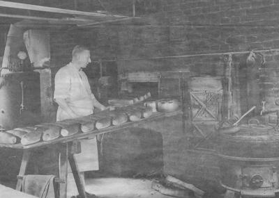 Alfred Trovik med dei første brøda med kveitemjøl etter krigen