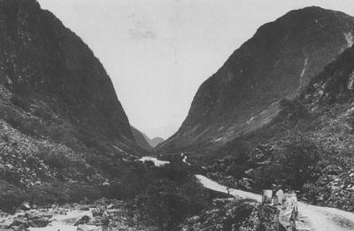 Vegen gjennom Ytredalen mellom Vadheim og Sande på 1890-talet. Foto: Axel Lindahl
