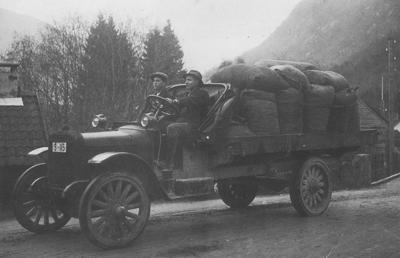 Denne bilen kjøpte Jølster Kommunale automobilselskap i 1919. Sjåfør er Andreas O. Årdalsbakke. Foto frå biletsamlinga til Firda Sjåførforening