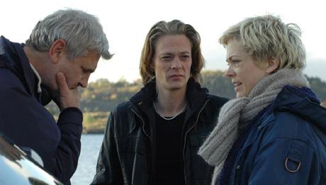 INSTRUKSJON: Regissør Jarl Emsell Larsen instruerer Kristoffer Joner og Ane Dahl Torp (foto: Øystein Hillestad, NRK)