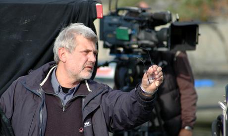 RIKTIG KAMERAVINKLING: Regissør Jarl Emsell Larsen jobber med kamera i «Kodenavn Hunter» (Foto: Øystein Hillestad, NRK)