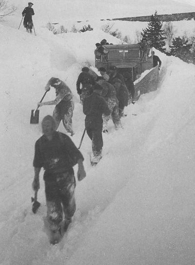 Karar frå dei næraste gardane måtte hjelpe brøytebilen på Rørvikfjellet i 1949. Foto: Reiakvam