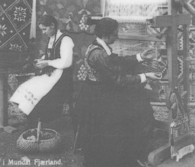 Teppeveving i Fjærland i 1930-åra. Svanhild Reinen Aarskog t.v. og Gunhild Vangsnes Husefest.