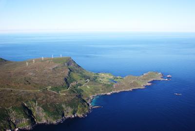 Kvalheimsfjellet med vindmøllene og Kråkenes sett frå lufta. Foto: Stig Silden
