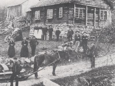 Asbjørn og Sigrid Haukareid og åtte born reiste til Amerika i 1900. Her er familien fotografert av N.O. Reppen i avskilsstunda.Foto frå Amerikafarten frå Sogn