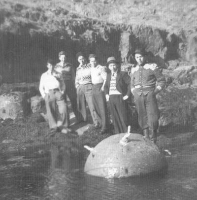 Hornmine som dreiv i land på Likkje-Batalden i 1944. Foto: Johan Fanøy, frå boka Vestnorsk kystkultur - øysamfunnet Batalden