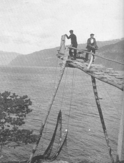 Laksegilje i Haneholmen. Karane på gilja er Magne og Marcus Tellevik d.e. frå Osterøy. Foto frå Ljøren.