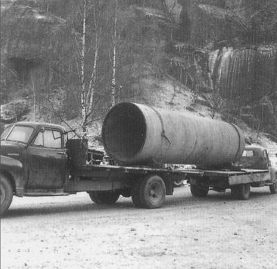 Improvisert røyrtransport. Den eine lastebilen måtte rygge frå Skjolden til Fortun. Foto utlånt av Fortun kraftverk.