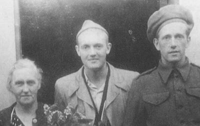 Kristian Ottosen (i midten) etter heimkomsten frå tysk fangenskap. Til venstre mora og til høgre broren Halvdan. Foto: Odd Ottosen.