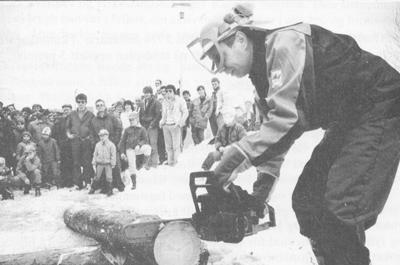 Landbruksdirektør Per Harald Grue prøver motorsag på Landbruksdagane i Sogndal i 1985.