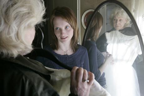 STØRST AV ALT: Julia Bache-Wiig og Lise Fjeldstad som datterdatter og mormor i Størst av alt (Foto Anne Liv Ekroll, NRK)