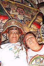 Sousa Miranda og hans kone, med karnevalsfanen i bakgrunnen. Foto Arnt Stefansen, NRK.