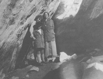 Forfatteren Sigrid Undset (t.h.) sammen med Astri af Geijerstam og sønnen Hans i Sunnivagrotten på Selja. Foto: Gösta af Geijerstam