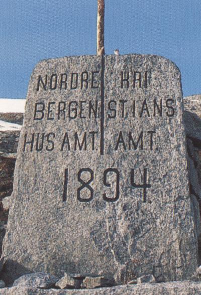Grensesteinen på gamle Strynefjellsvegen. Foto: Olav Jakob Tveit