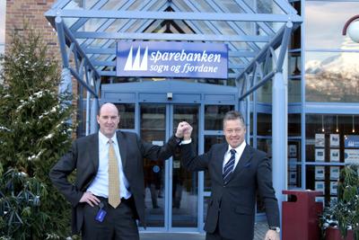 Adm. banksjef Arvid Andenæs og konsernsjef Helge Leiro Baastad etter underteikninga av avtalen.