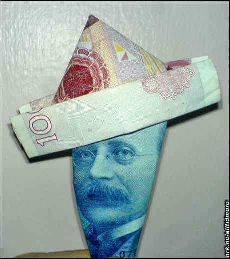 Her har Kristian Birkeland brettet seg en fin papirhatt av en 100-kronerseddel. (Innsendt av Team Jasc)