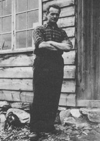 Kristian Eikås framfor pennalfabrikken i 1938.