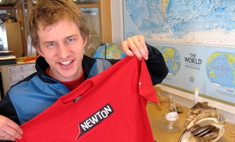 Per Olav sender nå vår nye t-skjorte til vinner av Newton X, Jæger Parelius Vines Wang.