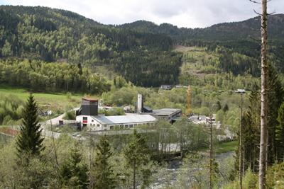 Frå 1968 har Førde Sementvarefabrikk halde til på Bruland. Foto: Kjell Arvid Stølen, NRK.