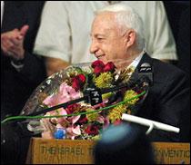 Israels nye statsminister Ariel Sharon feirer valgseieren tidlig tirsdag. (Foto: Scanpix/AFP)