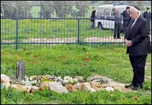 Israels nye statsminister Ariel Sharon besøkte etter valget graven til hans avdøde kone Lily ved Shikmim-farmen i nordlige Negev. (Foto: EPA)