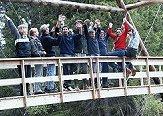 Broen er bygget og deltakerne jubler. (Foto: NRK)