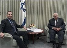 Ehud Barak (venstre) og Ariel Sharon møttes torsdag kveld i Tel Aviv. (Foto: EPA)