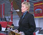 En av initiativtakerne til folkeopprøret i Finnmark, Torill Olsen, på talerstolen under folkemøtet i Vadsø mandag.